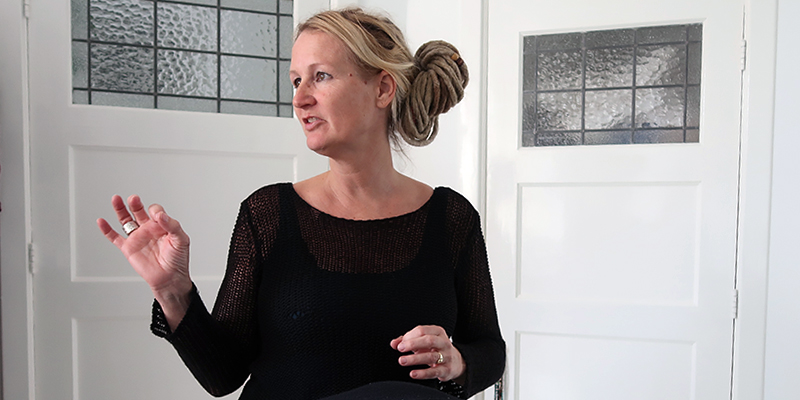 Vrouwelijke docent geeft reiki voor yoga in Den Haag