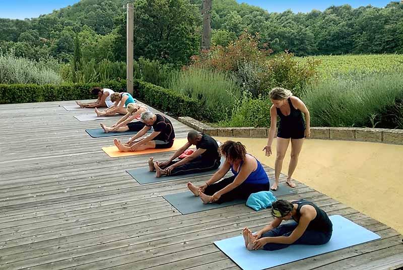 Vrouw in kleermakerszit die zichzelf reiki geeft tijdens yoga